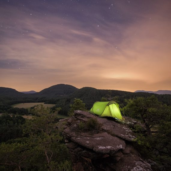 Sprinzelfelsen bei Nacht Pfälzerwlad Tourismus Nachthimmel