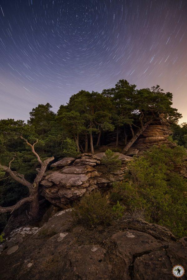 Sprinzelfelsen bei Nacht Startrails Pfälzerwald